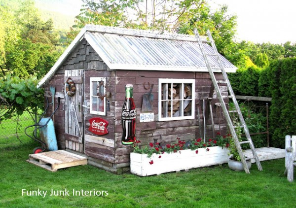This Funky shed was built by Donna www.funkyjunkinteriors.net/2011/09/sns-100-pallets.html