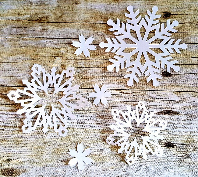 paper snowflakes-baby shower-www.thedecoratednest.com