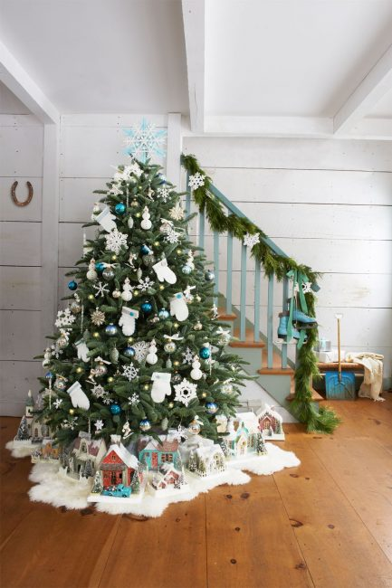MITTEN TREE-12-ways-to-decorate-your-christmas-tree-www.nesteddesigncompany.com